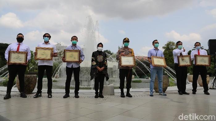 POLRESTABES Surabaya Membagikan SEMBAKO Bersama SJG di Tengah Pandemi COVID-19 Sekaligus Setelah Terima Penghargaan WALIKOTA Surabaya