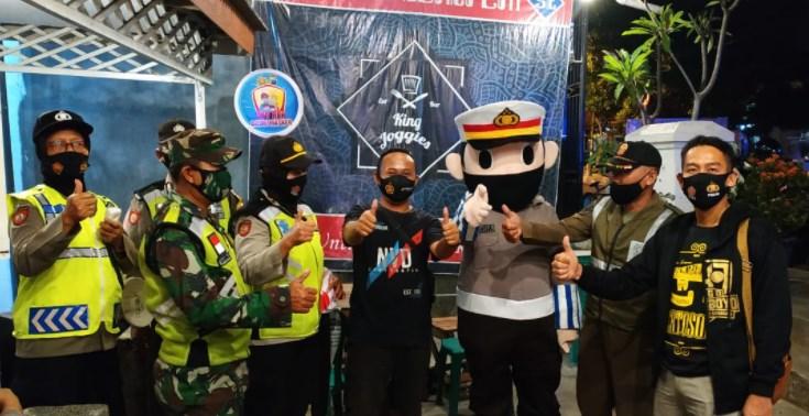 Ayo Pakai Masker, Badut Polantas Bagi Masker bareng Tiga Pilar Prajuritkulon