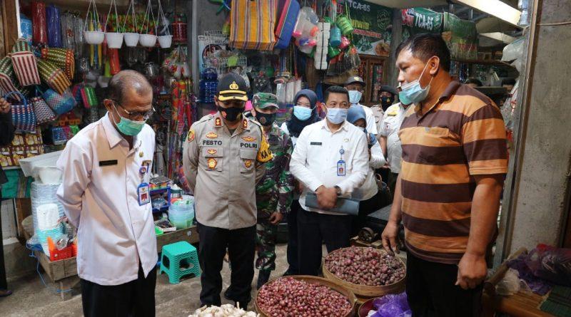 Bupati Magetan Suprawoto Pantau Harga 9 Bahan Pokok Di Pasar Sayur Magetan
