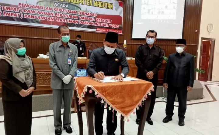 RAPAT PARIPURNA DPRD PENGAMBILAN KEPUTUSAN 4 RAPERDA EKSEKUTIF DAN 4 RAPERDA INISIATIF DPRD