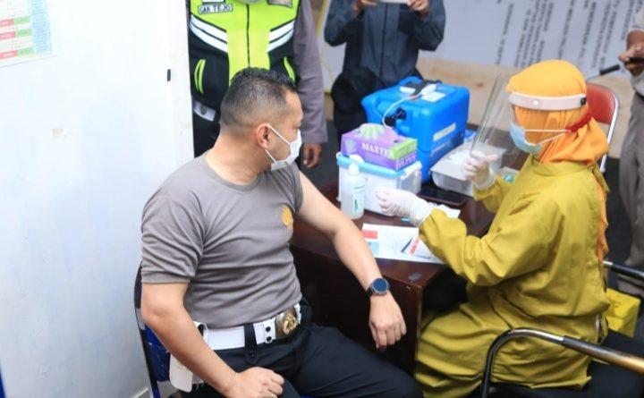Anggota Polri di Polrestabes Jajaran Polda Jatim, Hari Ini Serentak Menerima Vaksinasi Covid-19