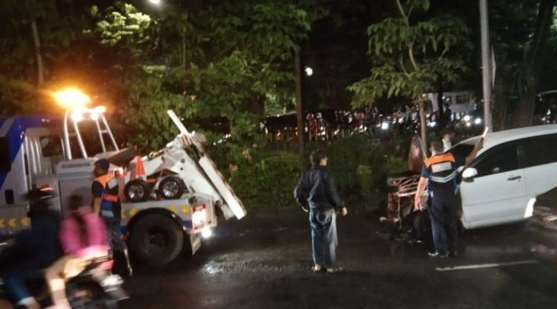 Diduga Konsleting pada Kap Mesin, Daihatsu Xenia Terbakar